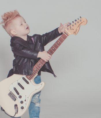 Kluk hrající na kytaru