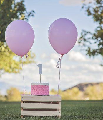 Narozeninový dort a balonky